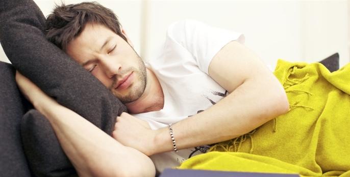 homme qui profite des bienfaits de la sieste