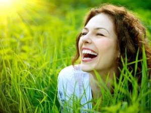 femme qui sourit dans un champ