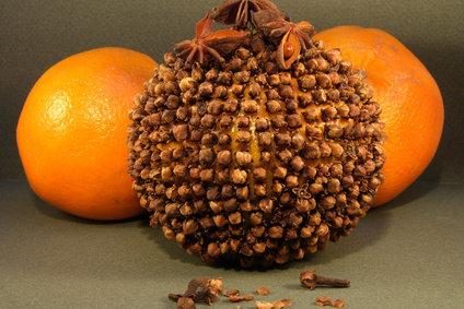 pomme d'ambre - pomme symbole de Yule - orange et clous de girofles