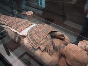 640px-Mummy_Louvre usage traditionnel