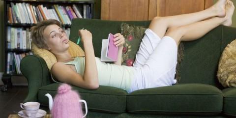 Femme-allongée-dans-canapé-480x240