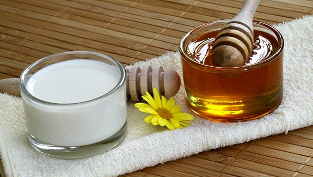 milk-honey-gram-flour-and-turmeric-mask1